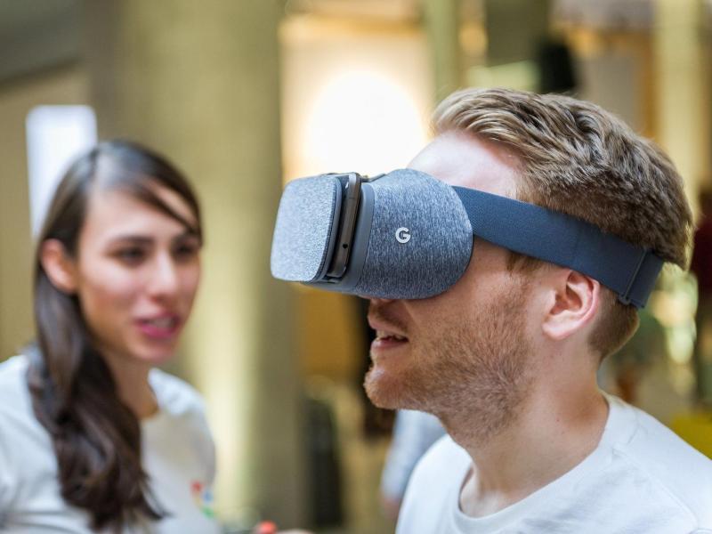 Mit Daydream View bringt Google eine neue Smartphone-Brille für Anwendungen in der virtuellen Realität. Das Gerät kostet inklusive Controller rund 70 Euro. Foto: Google/Markus Mielek