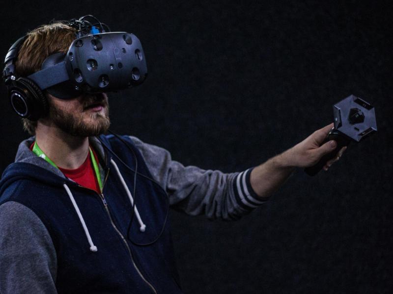 Bei HTC sind die beiden Controller schon im Lieferumfang enthalten. Sie stellen im Spiel die Hände dar und erlauben das Manipulieren virtueller Gegenstände. Foto:HTC