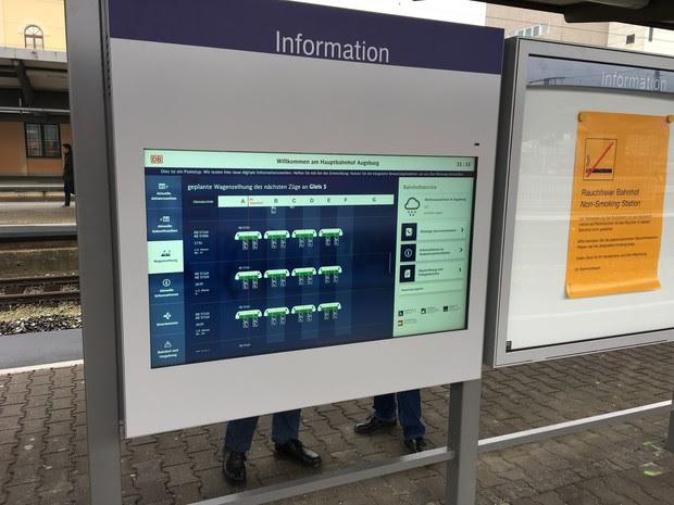 Digitalen Vitrinen sollen Informationsplakate am Bahnhof