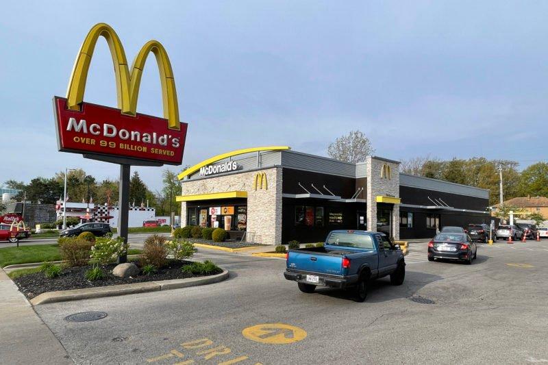 wahrend-verfolgungsjagd-mit-der-polizei:-frau-halt-bei-mcdonald's,-um-sich-chicken-nuggets-zu-kaufen